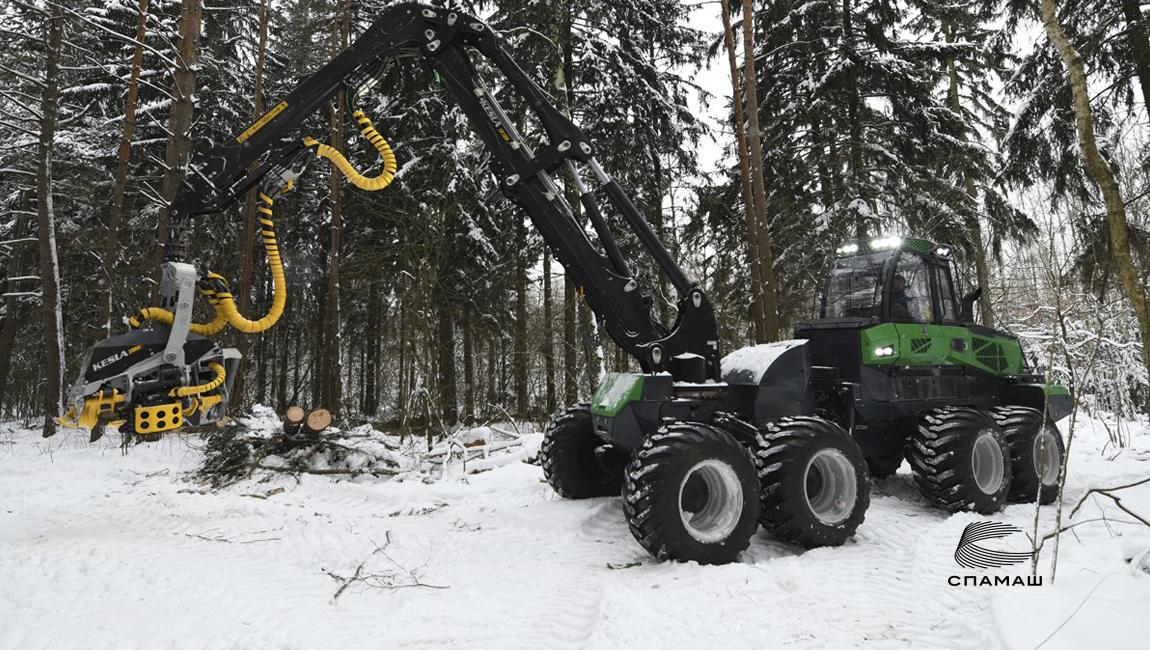 Новый тяжелый харвестер AMKODOR FH3081 проходит испытания в лесу.